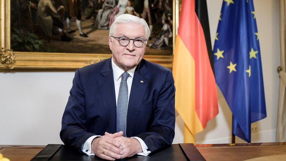 Bundespräsident Frank-Walter Steinmeier an seinem Schreibtischim Schloss Bellevue kurz vor seiner Ansprache