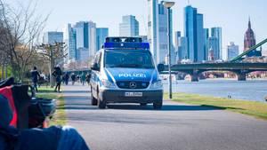 Hessen, Frankfurt/Main: Ein Lautsprecherwagen der Polizei fährt am südlichen Mainufer entlang