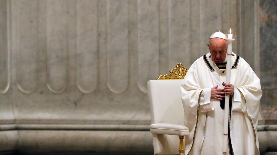 Papst Franziskus hat das Osterfest am Samstag mit einer Abendmesse eröffnet, die wegen der Corona-Pandemie ohne Pilger stattfand
