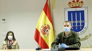 Ein König im Krisenmodus: Im Kampfanzug zeigt sich König Felipe VI bei einem Besuch desCorona-Krisenzentrums in Madrid.