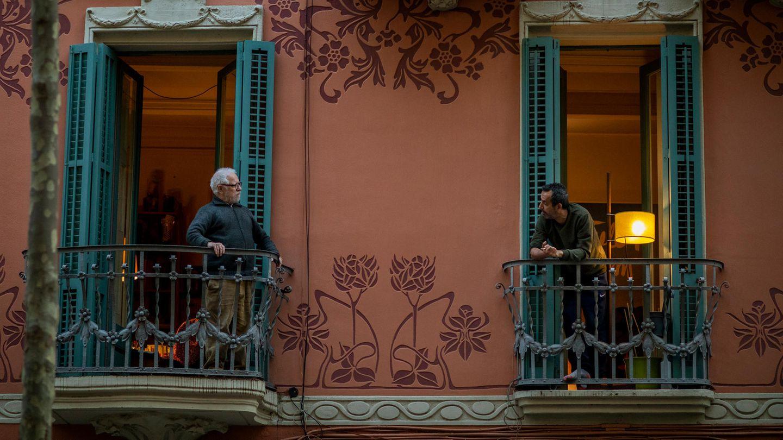 Spanien, Barcelona: Zwei Männer sprechen von ihren Balkonen aus