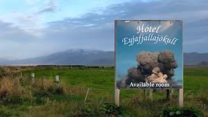 Ein nach dem Vulkangletscher Eyjafjallajökull benanntes Hotel macht mit einem Bild der großen Eruption des Jahres 2010 Werbung für sich