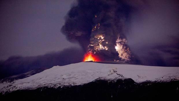 April 2010: Eine dichte Aschewolke steigt aus dem isländischen Vulkan Eyjafjallajokull auf. Die Aschewolke legte tagelang den Flugverkehr lahm.