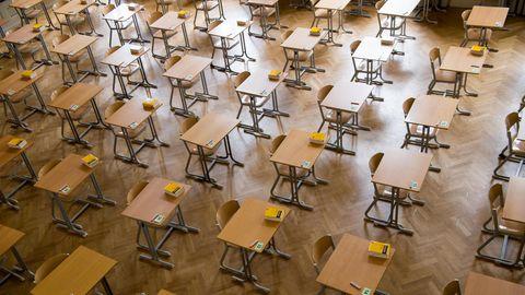 Durchnummerierte Tische stehen in einer Aula