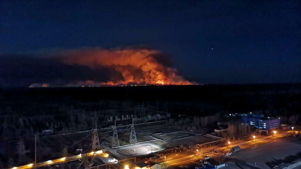 Ukraine, Tschernobyl: Am Horizont steigen Rauchschwaden von einem Waldbrand auf