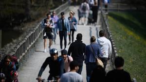 Baden-Württemberg, Stuttgart: Menschen gehen am Bärensee, einem beliebten Ausflugsziel, spazieren