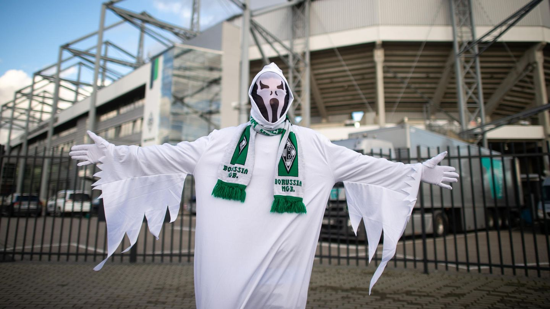 Ein Gladbach-Fan ist als Geist verkleidet