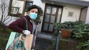 Fardad Hooghoughi, 30, aus Köln geht während der Pandemiefür alte Menschen einkaufen