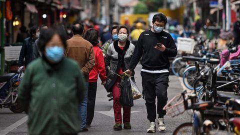 Coronavirus: Menschen in Wuhan tragen Atemmasken