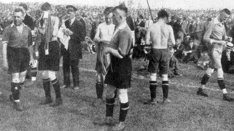 Spieler des Hamburger SV und des 1. FC Nürnberg ziehen sich beim Finale 1922 auf dem Platz um