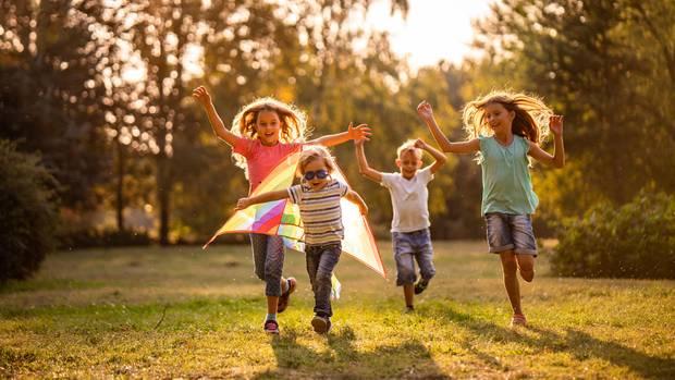 Im Frühling und Sommer spielen Kinder gernelange draußen