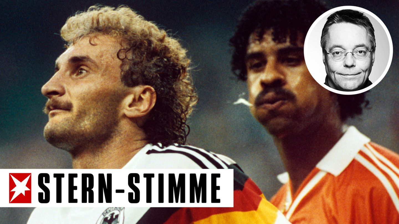 Der Niederländer Frank Rijkaard (r.) spuckt auch in der Wiederholung immer noch Rudi Völler an