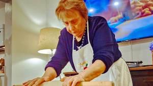 Nonna Nerina rollt den Pasta-Teig.
