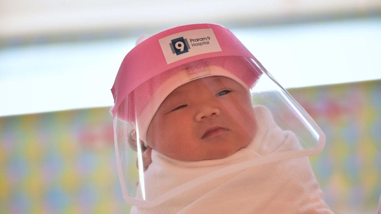 Baby mit Coronavirus-Schutzmaske