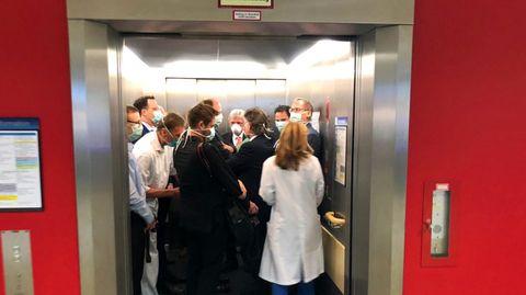 Mit Menschen gefüllter Fahrstuhl
