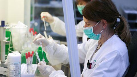 Forscherinnen führen Tests zum Coronavirus durch (Symbolbild)