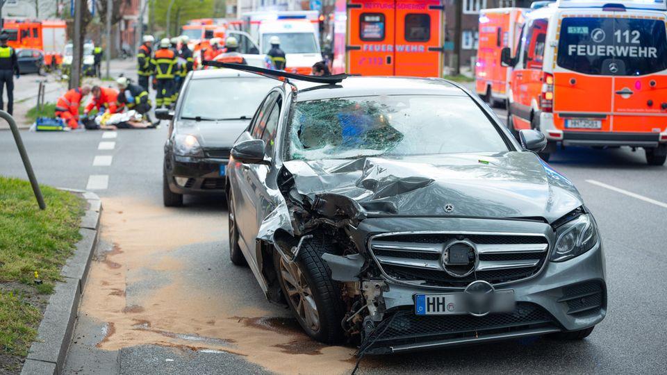 Nachrichten aus Deutschland: Ein demoliertes Auto steht nach einem Unfall in Hamburg an einer Straße
