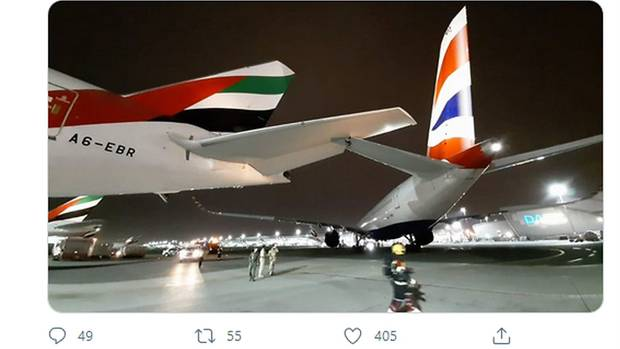 Die Boeing 777 von Emirates und das Heck des Airbus A350 von British Airways