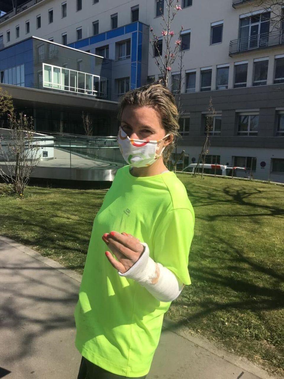 Christiane Tauzher mit gebrochenem Finger