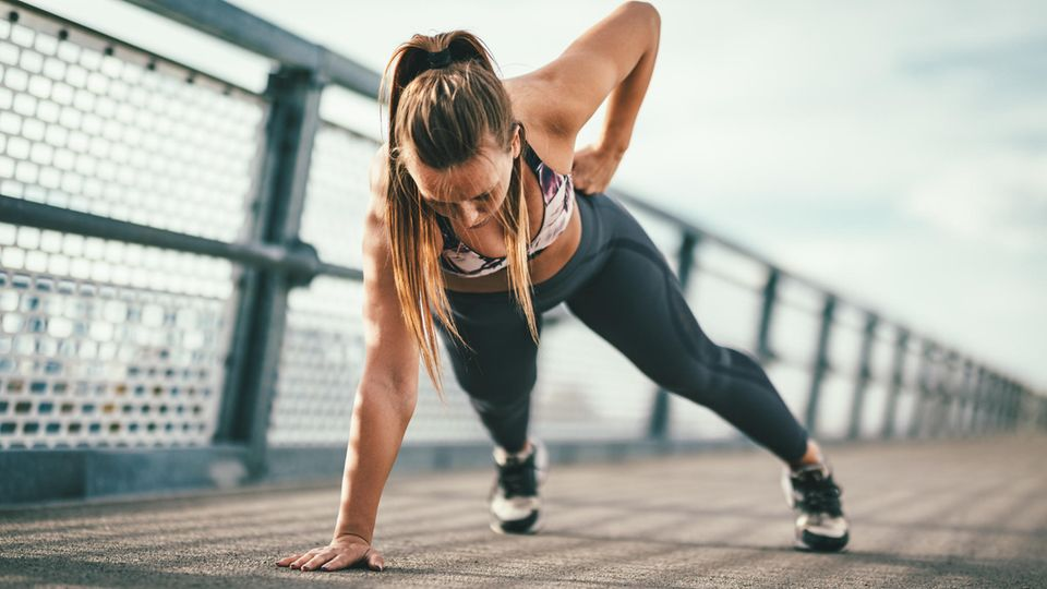 Corona: Eine Frau macht Sport