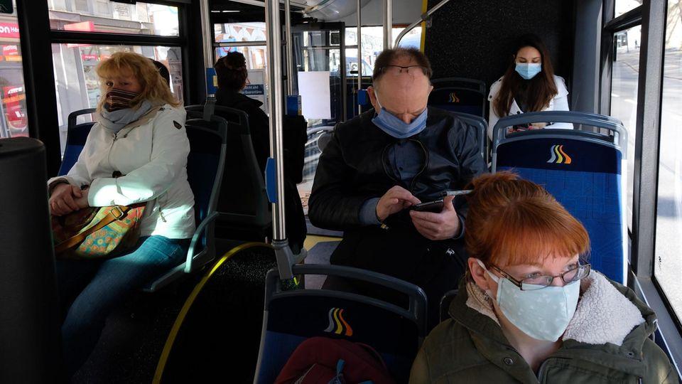 Coronavirus: Fahrgäste mit Atemmasken