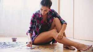 Frau legt ein Puzzle