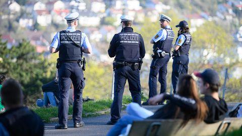 Polizeibeamte kontrollieren auf der Karlshöhe in Stuttgart, einem beliebten Park im Süden der Stadt, die Einhaltung der Vorschriften zur Eindämmung des Coronavirus