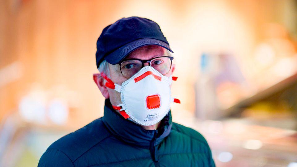 Ein Mann mit einer FFP-Maske