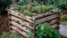 Kompost richtig anlegen: Ein mit Gartenabfällen gefüllter Kompost