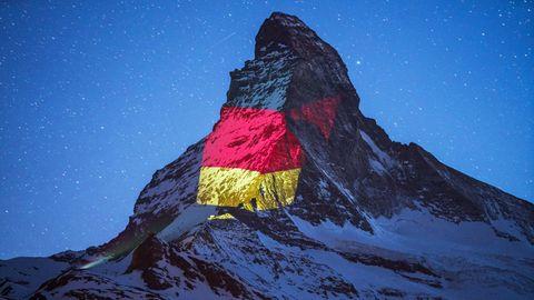 Kunstaktion in den Alpen: Lichtkunst am Matterhorn: Dieser Berg leuchtet nachts in den buntesten Farben