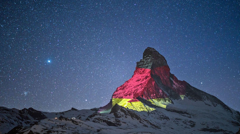 Bild 1 von 10 der Fotostrecke zum Klicken:Tutti deutsch - so farbigzeigte sich das Matterhorn am 14. April: links die Ostwand und rechts im Schattendie Nordwand.