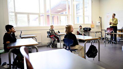 Mette Frederiksen (r.), Premierministerin von Dänemark, spricht zu Schülern zur Wiedereröffnung der Lykkebo-Schule in Kopenhagen