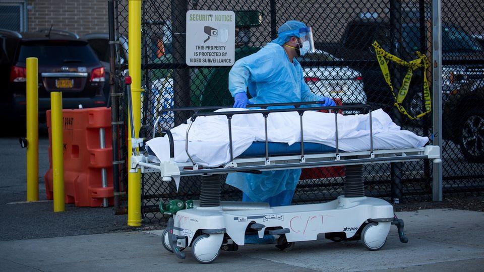 Ein Krankenhaus-Mitarbeiter überführt einen Leichnam in New York