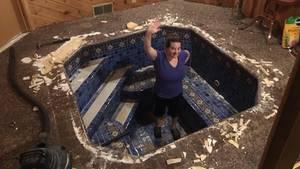 Jenny Ronsman steht winkend im römischen Bad