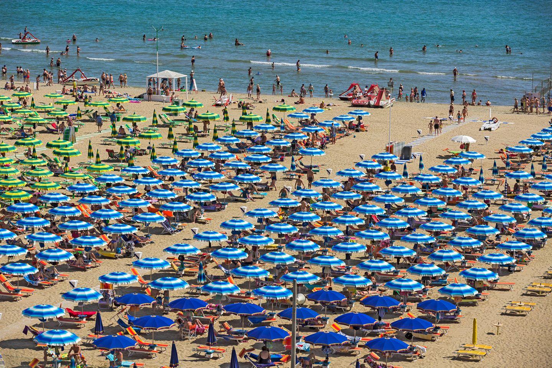 Der Strand der italienischen Badeorte Riccione und Rimini an der Adria. In Italien blühen die Ideen, wie in der Corona-Krise vielleicht die Strandsaison 2020 gerettet werden könnte.