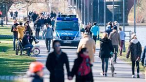 Ein Lautsprecherwagen der Polizei fährt in Frankfurt am Mainufer entlang