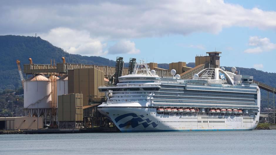 """Das Kreuzfahrtschiff """"Ruby Princess"""" liegt im Hafen vonWollongong beiPort Kembla in Australien, südlich von Sydney"""