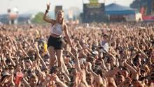 "Fans vor der Hauptbühne des Musikfestival ""Rock am Ring"""