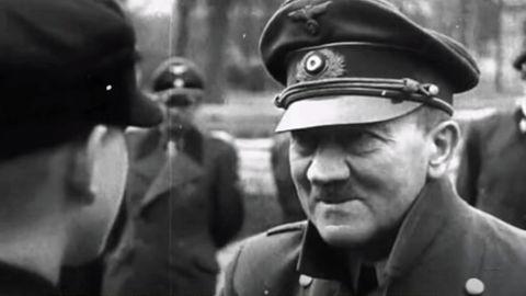 Die Deutsche Wochenschau zeigte wie Hitler die Jungen auszeichnete. Sie zeigte nicht, wie sehr der Diktator an Schüttellähmung litt. Diese Szenen wurden herausgeschnitten.