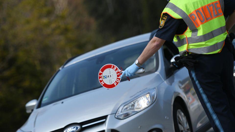Polizist hält Autofahrer an