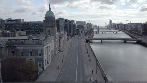 Aufnahmen aus der Luft zeigen: Wegen des Coronavirus herrscht auch in Dublin gähnende Leere.