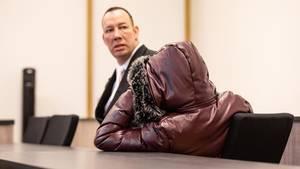 Einer der bei der Vergewaltigung einer jungen Frau mutmaßlich beteiligten Jugendlichen (r.) im Gerichtssaal