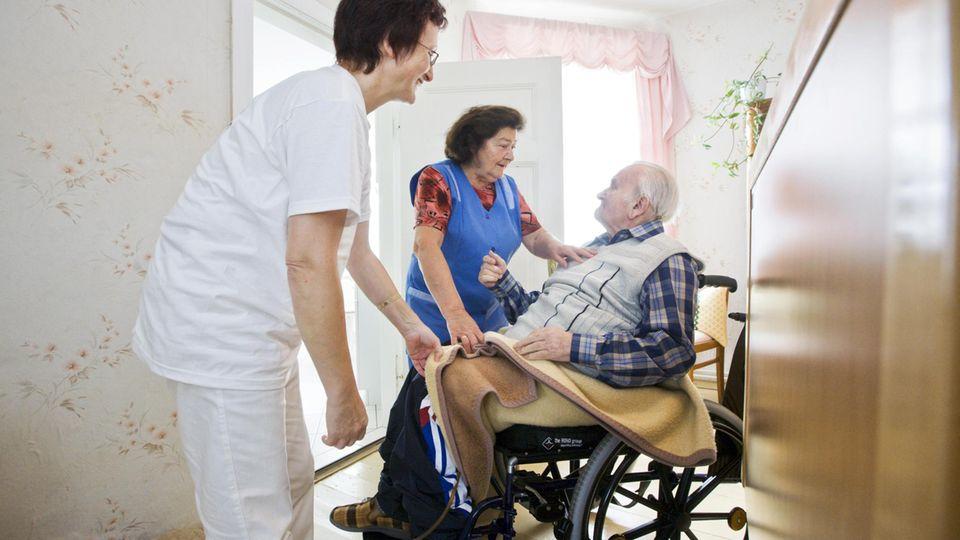 Pflege zuhause: Einen Angehörigen zu pflegen kostet Kraft – in Corona-Zeiten ist es kaum zu schaffen. Ein Erfahrungsbericht