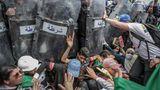 """Gewinner in der Kategorie """"Spot News Singles"""": AlgerischeStudenten stoßen während einer Demonstration gegen die Regierung mit algerischen Bereitschaftspolizisten zusammen. Mit dem Foto (Titel: """"Clash with the Police During an Anti-Government Demonstration"""") hat der dpa-Fotograf Farouk Batiche aus Algerien beim renommierten Wettbewerb World Press Photo 2020 den ersten Preis in der Kategorie """"Spot News Singles"""" gewonnen."""