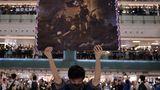 """Der erste Platz in der Kategorie """"General News - Stories"""":Ein Mann hält ein Plakat in der Hand, während sich die Menschen zum Singen von """"Glory to Hong Kong"""" versammelt haben –ein Protestlied, das in der Stadt als inoffizielle Hymne an Popularität gewonnen hat. Titel: """"Hong Kong Unrest""""."""
