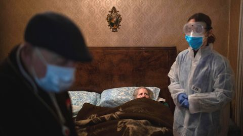 Die Krankenschwester Alba Rodriguez ist zu einem Hausbesuch bei der bettlägerigen 86-jährigen Josefa Ribas und ihrem drei Jahre äteren Ehemann Jose Marcos eingetroffen. Josefa Ribas leidet an Demenz.