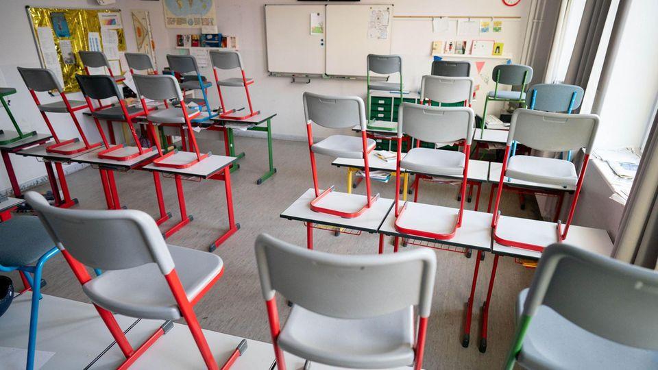 Leerer Klassenraum in einer Schule