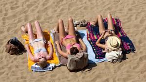 Gemeinsames Sonnenbadam Strand? Das wird wegen des Coronavirus in diesem Sommer wohl nichts werden.