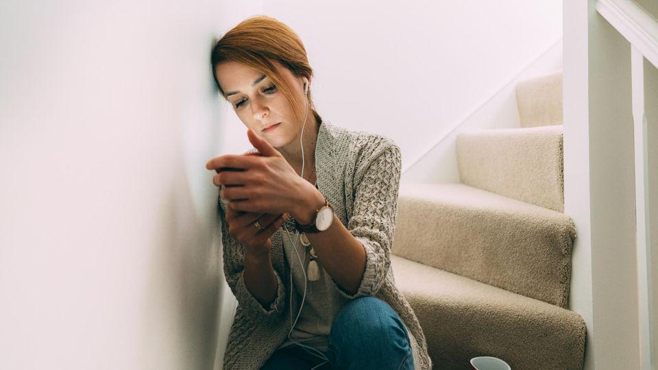 Traurige Frau am Handy