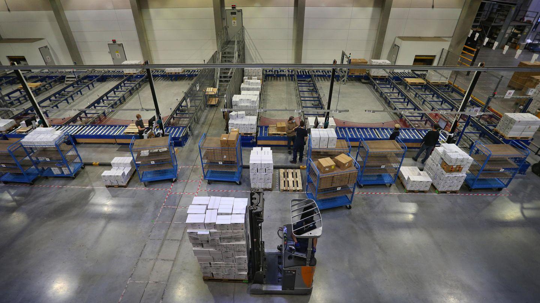Die Lager leeren sich auch in den Räumen der Franz Mensch GmbH. Bis Mitte Mai will der Händler für medizinische Schutzkleidung etwa 80 Millionen Stück Mundschutz an Krankenhäuser, Arztpraxen und Behörden ausliefern.